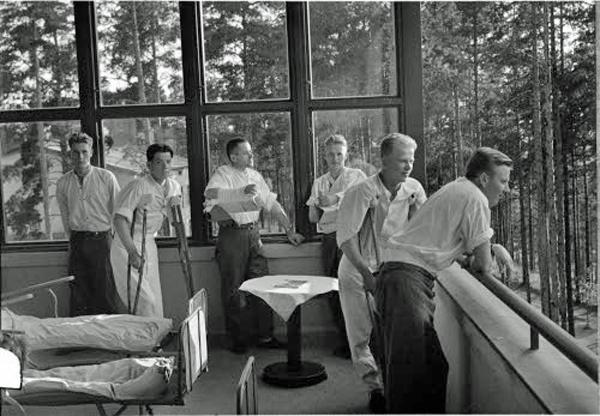 Kuva: Potilaita Ahveniston sotasairaalassa. Kuvaaja sot.virk. V. Pietinen, SA-kuva.